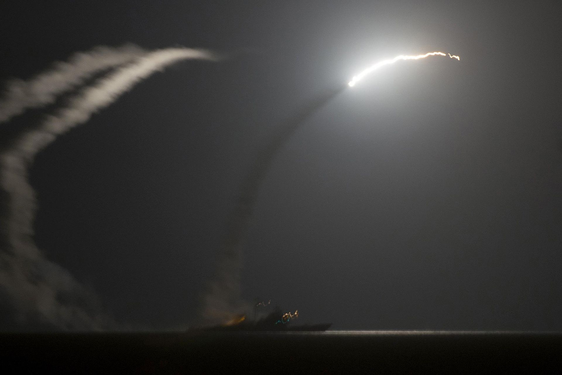 Tomahawk_Missile_fired_from_US_Destroyers.jpg